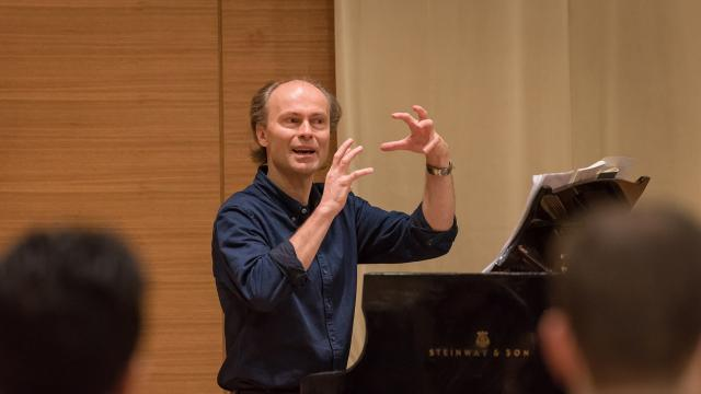 Ragnar Bolhin conducting at the piano in Osher Salon at San Francisco Conservatory of Music